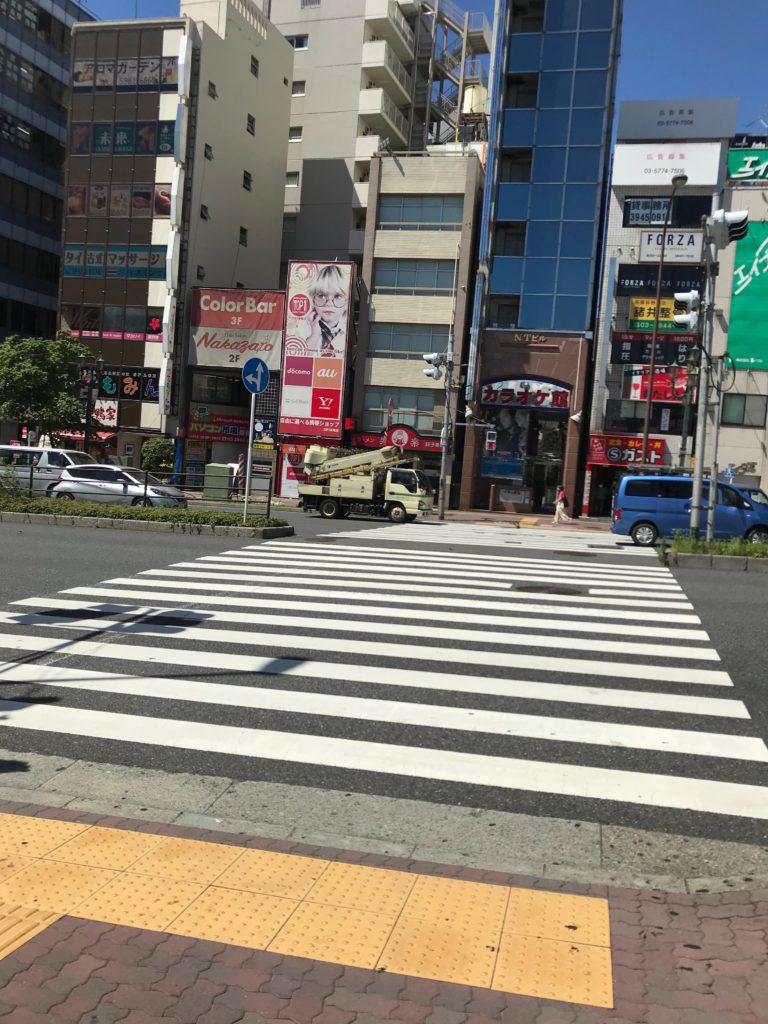 一つ目の横断歩道をわたり、目白通り沿いを左手に進みます。